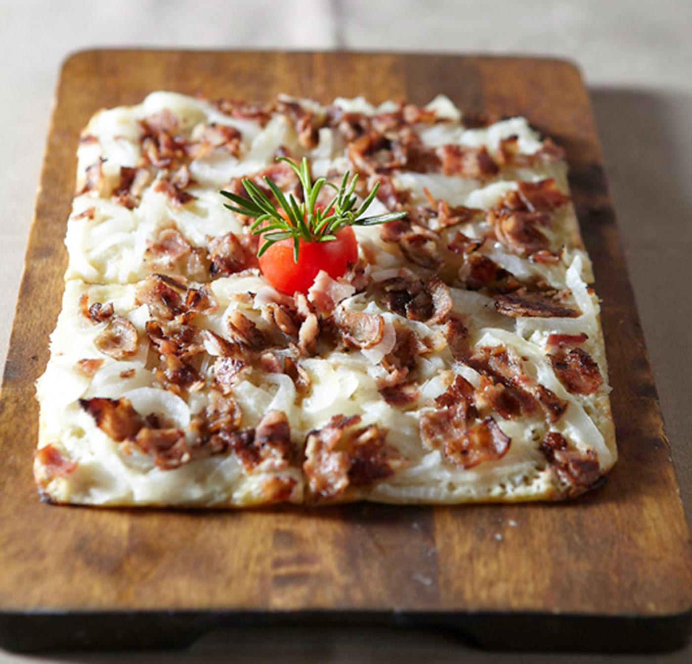 BEST DELIVERY FOOD |Tarte flambée - Τάρτa φλαμπέ fromage blanc, munster, κρεμμύδι, καπνιστό μπέικον